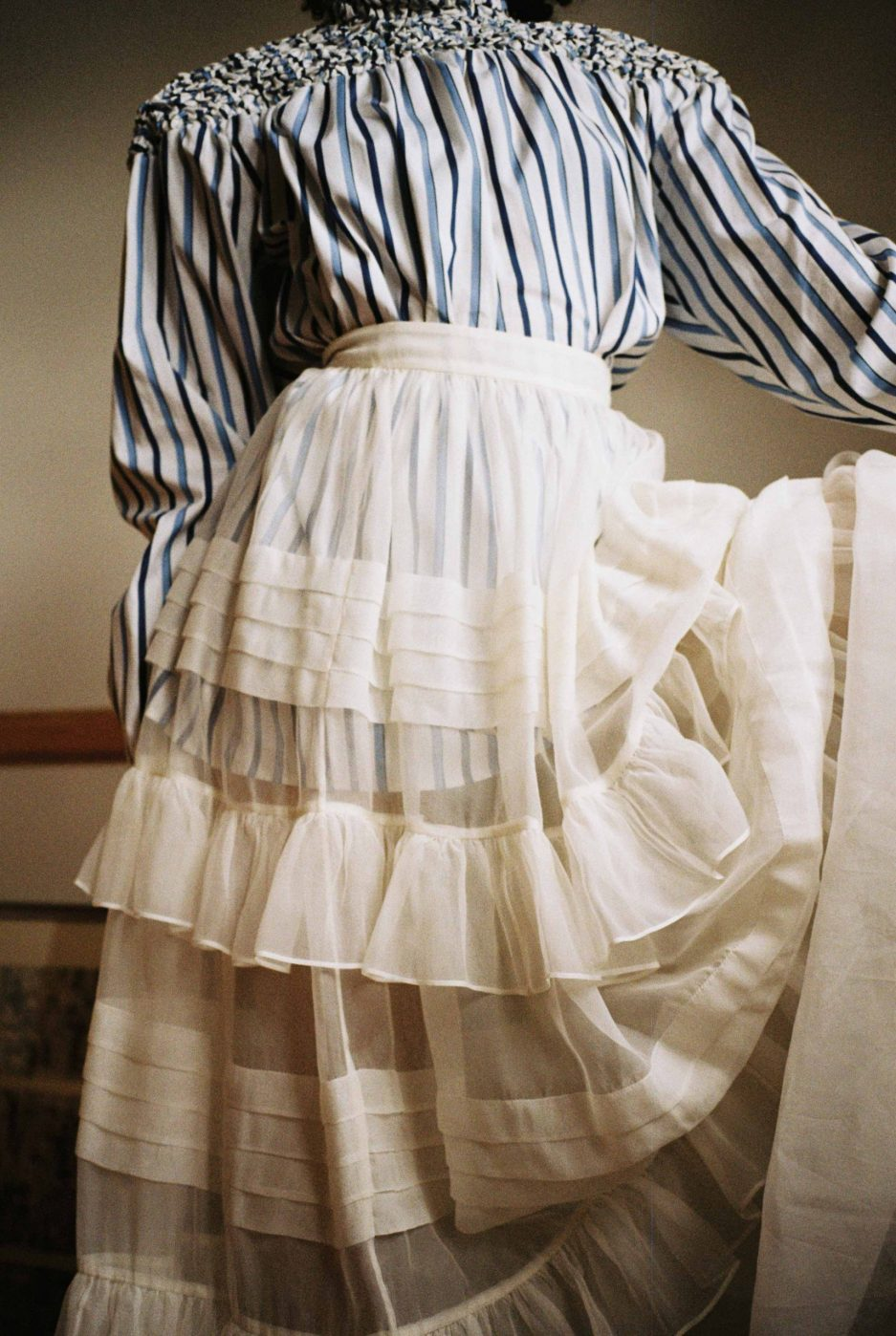 White silk muslin skirt featuring flared silhouette with flounce and pleats, high waist and zipped fastening. Photo 5