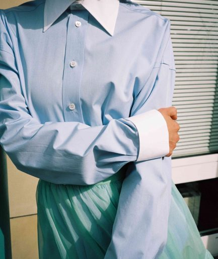 Blue cotton oversize fit shirt with white collar and double cuff, long sleeves, long length, boy fit style. Photo 4