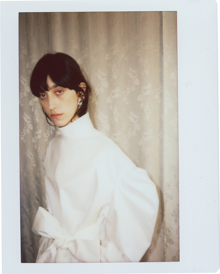 White twill oscar dress featuring volume sleeve, long belt.